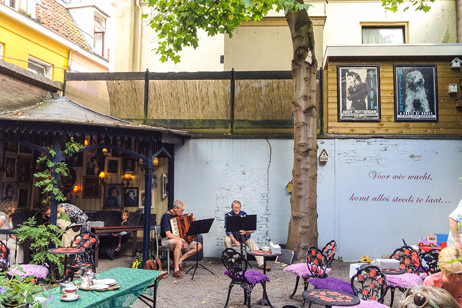 Outdoor entertainment at Deventer's Taste of Honey cafe